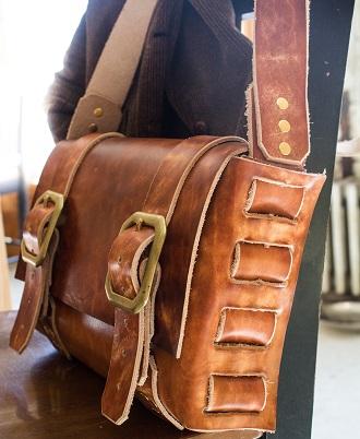fibbie su borsa maschile