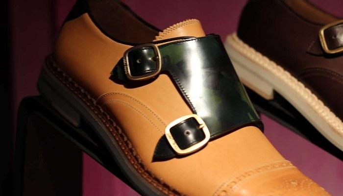 Fibbie su scarpe e borse: il dettaglio èil protagonista